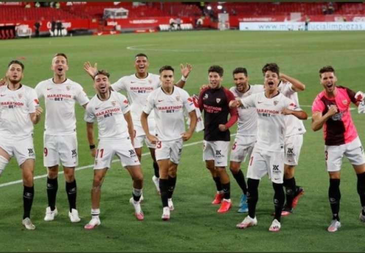 El equipo de Sevilla celebra el triunfo de hoy jueves.