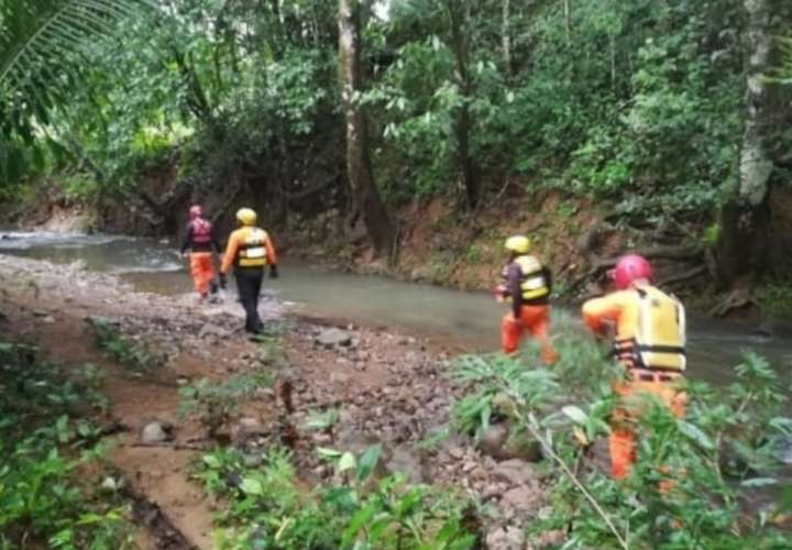 Niña de 11 años se ahoga al ser arrastrada por cabeza de agua en Colón