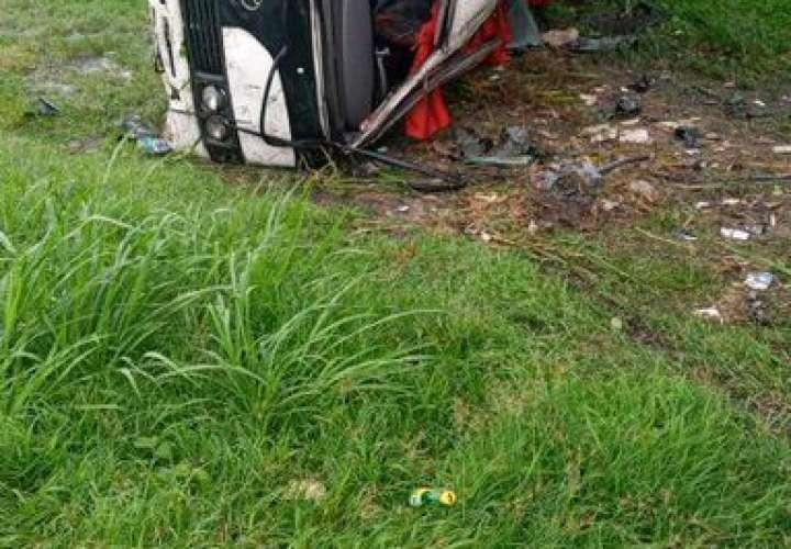Dos heridos deja vuelco de bus en San Carlos