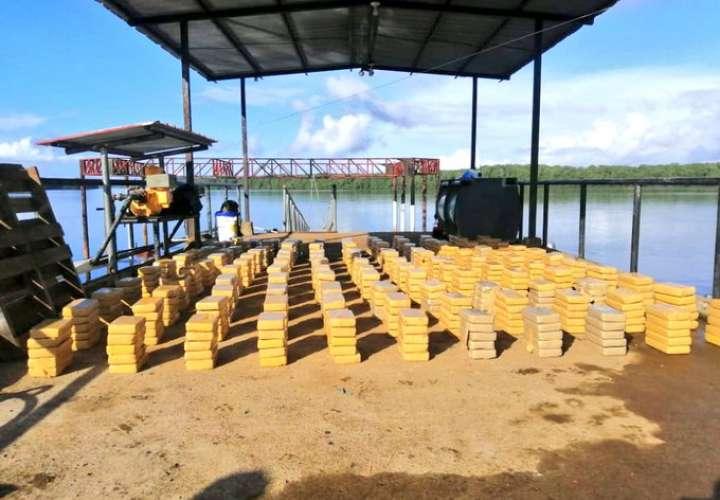 Incautan 610 paquetes de droga en lancha semisumergible al Sur de Coiba