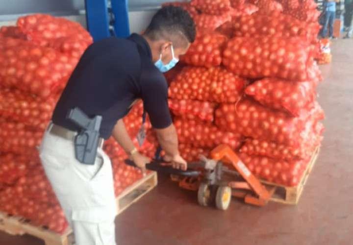 Aduanas retiene más de 200 sacos de cebollas de contrabando en Merca Panamá