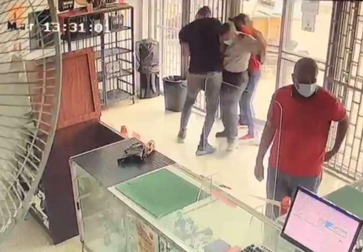 Dos delincuentes roban en un local; forcejean con el seguridad