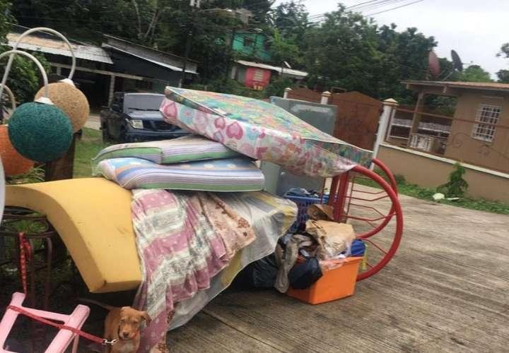 Desalojan a una familia en La Cabima y tiran sus cosas a la calle (Video)