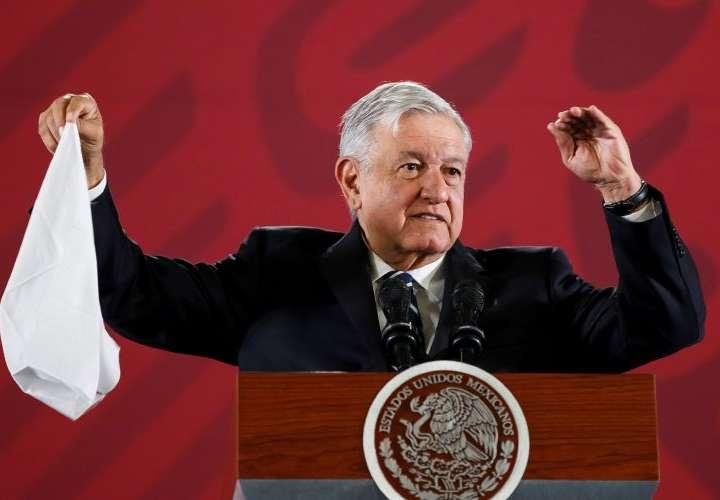 Andrés Manuel López Obrador viaja a Estados Unidos en un vuelo comercial