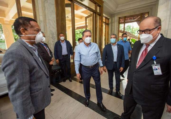Presidente visita mesa de compras COVID-19 y centro para control