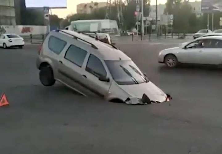 Enorme hueco en una vía se traga camioneta (Video)