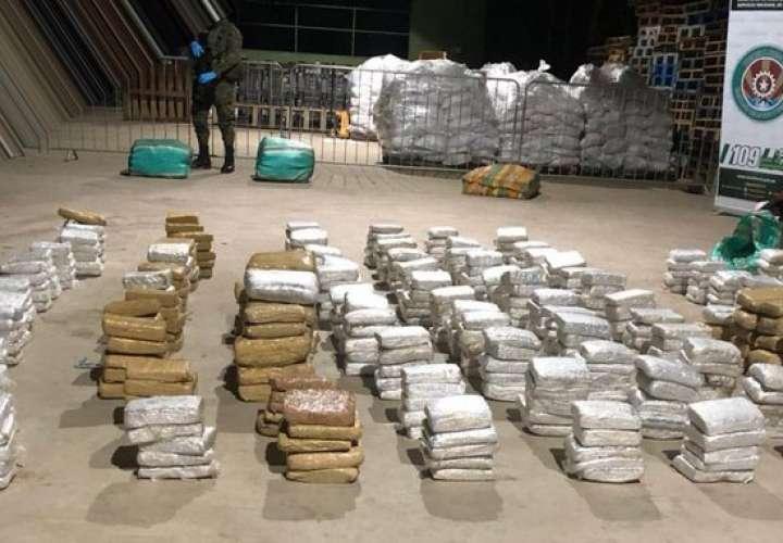 Fronterizos interceptan embarcación con 785 paquetes de marihuana en Darién