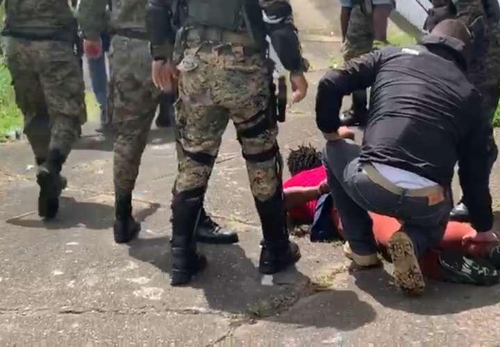 ¡Despelote! Uniformados le caen a haitianos que se fugaron de albergue