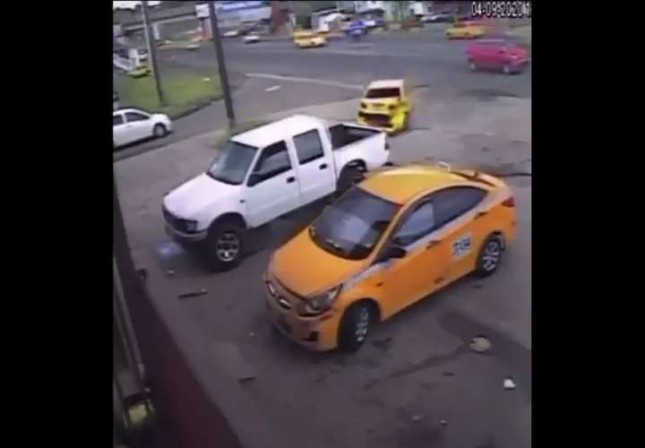 Captan en video impactante colisión en Cativá