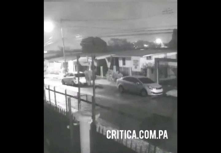 ¡Auxilio policía! Delincuentes roban equipos electrónicos de carros en El Lago