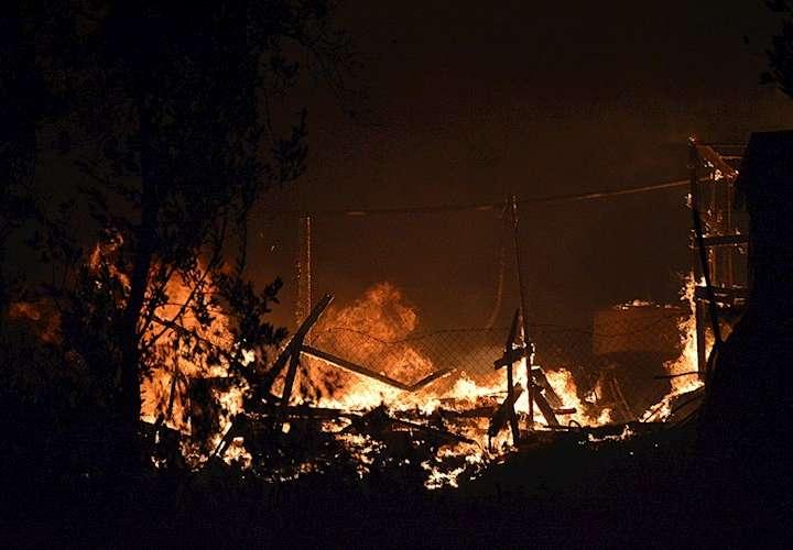 Se desata incendio en campo de refugiados de Grecia (Videos)