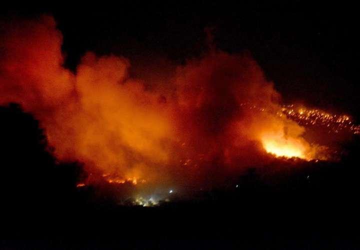 Incendios destruyen el 80% del campo de refugiados de Moria (Videos)