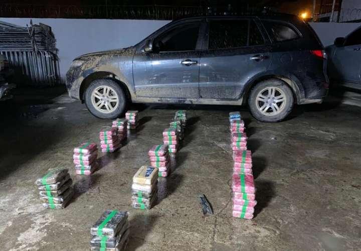Incautan 79 paquetes de droga en los asientos de camioneta en Pacora