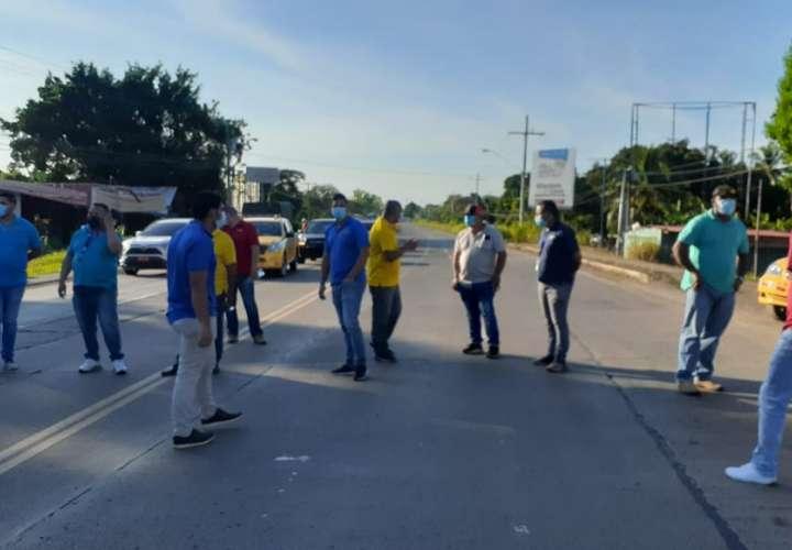 Taxistas herreranos cierran la vía por retorno de sistema pares y nones