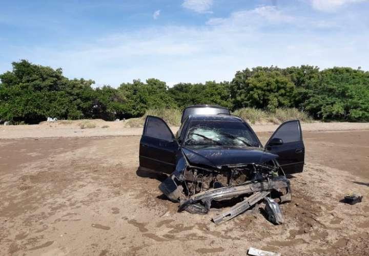 Auto terminó en la arena de la playa