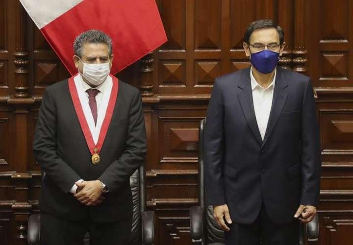 Vizcarra supera grave crisis política y seguirá como presidente de Perú