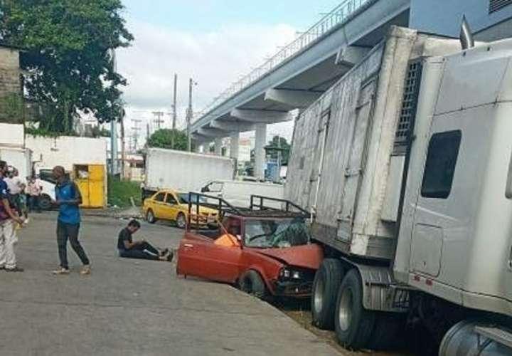 Camión aplasta pick up en La Doña