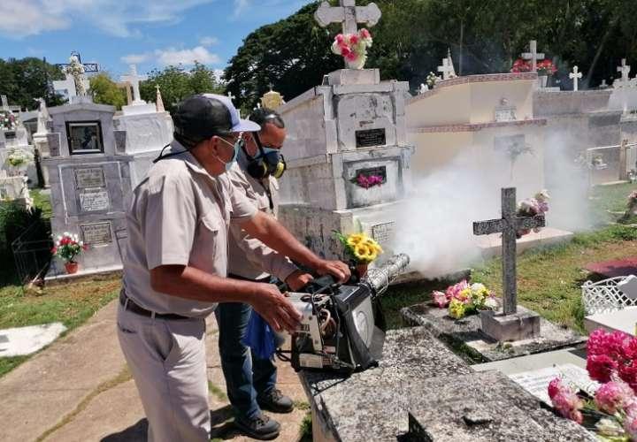 Personal de Control de Vectores de la región de Salud de Herrera, inspeccionaron todos los cementerios de Herrera.