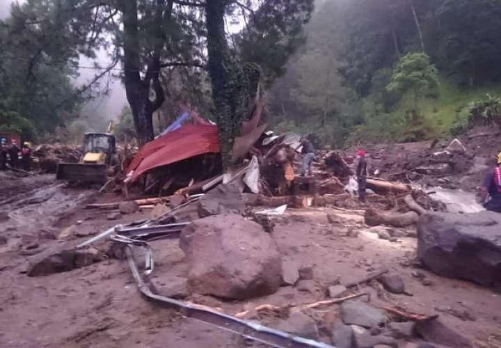 os rescatistas han detectado en el área del desastre 20 sitios de inundaciones y 23 de deslizamientos.