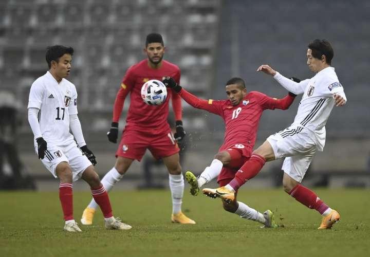 El panameño César Yanis y el japonés Sei Muroya luchan por el balón/ EFE