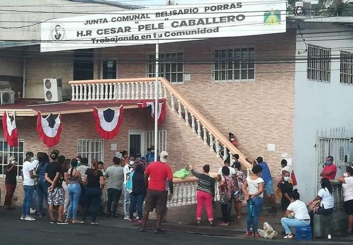 Personas aglomeradas afuera de la oficina de la junta comunal.