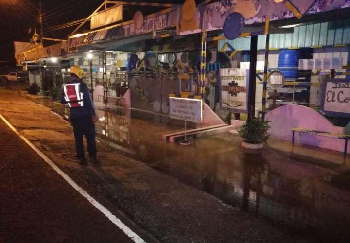 Rescatistas del Cuerpo de Bomberos atendieron las afectaciones por la crecida del río.