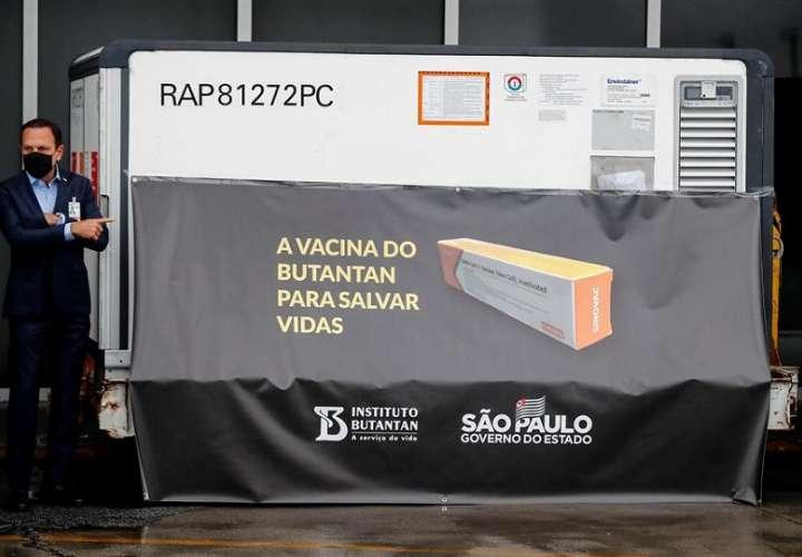 Las primeras 120.000 dosis del antígeno, que todavía se encuentran en la última fase de pruebas, llegaron hoy a Sao Paulo. EFE
