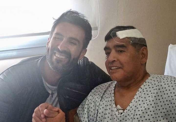 El médico Leopoldo Luque junto a Maradona.
