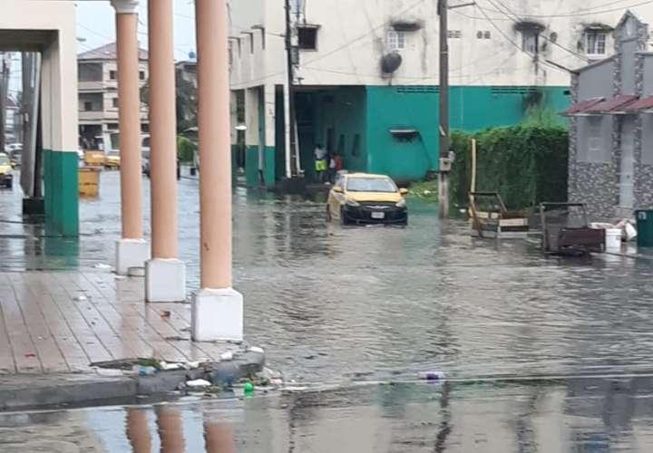 Lluvia deja varias calles inundadas en Colón  [Video]