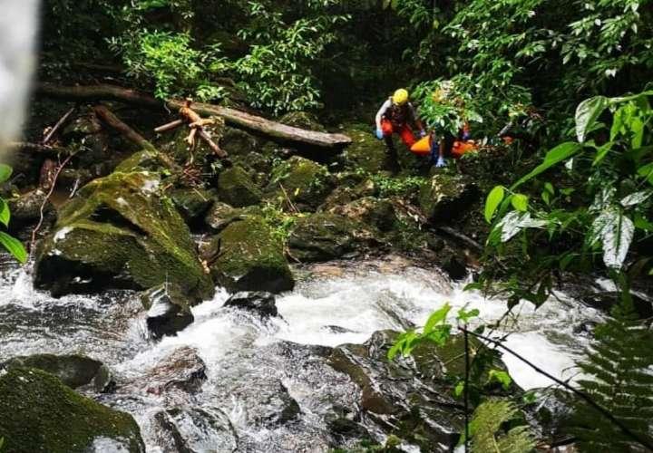 Mujer resbala de un zarzo, cae en una quebrada y se la lleva la corriente