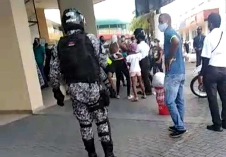 Rofea a los policías, se niega a dar su cédula y se lo llevan detenido (Video)