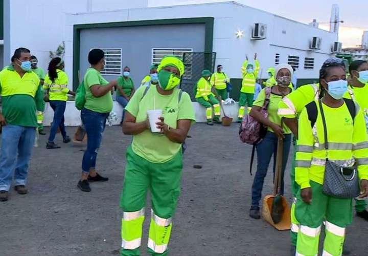 Uno de los manifestantes indicó que desde el día 1 de la pandemia los trabajadores de la AAUD se han mantenido trabajando sin parar. Foto: Primicia24/7