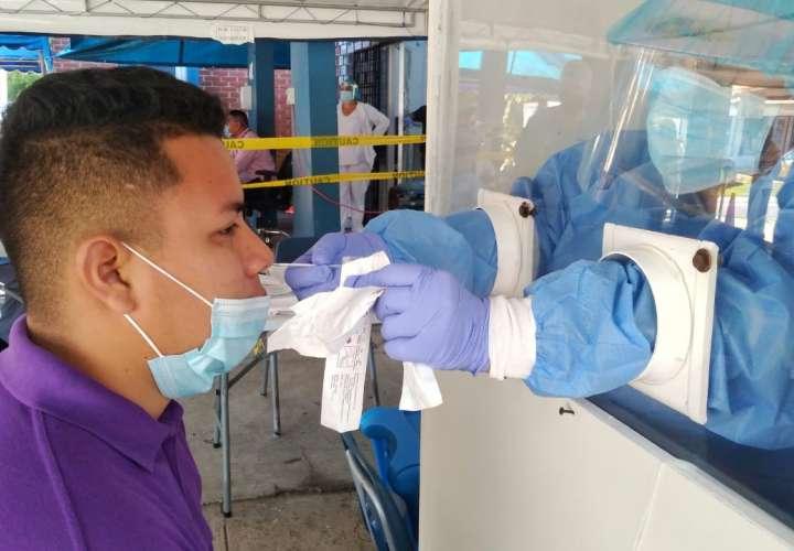Cientos de personas se realizan hisopados a diario, desde que iniciaron las pruebas, muchos de los cuales salen negativa al COVID-19, como el joven de la imagen.  Foto: Ilustrativa/Archivo