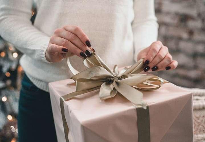 En una ocasión, envió por correo un paquete a la casa de la víctima que contenía una rata muerta y una rosa negra.