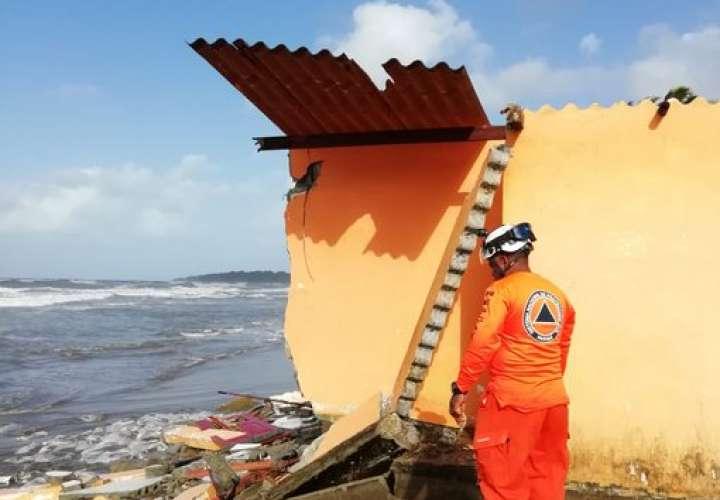 Fuertes oleajes azotan Bocas y Colón; evacuan asilo
