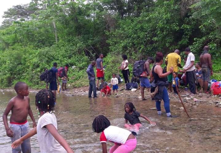 Inmigrantes recorren frontera de Panamá con Colombia en la ruta por la libertad