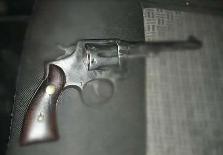 Decomisan arma de fuego a extranjero en el aeropuerto