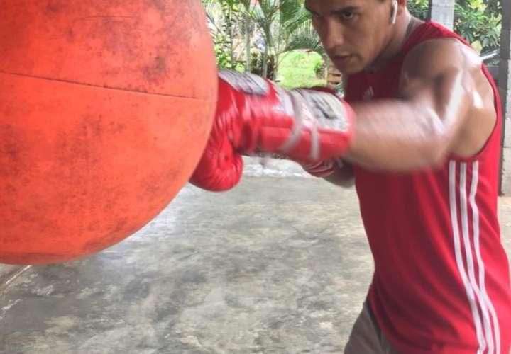 Bryan De Gracia le pega al saco durante una práctica en su residencia en Chiriquí.