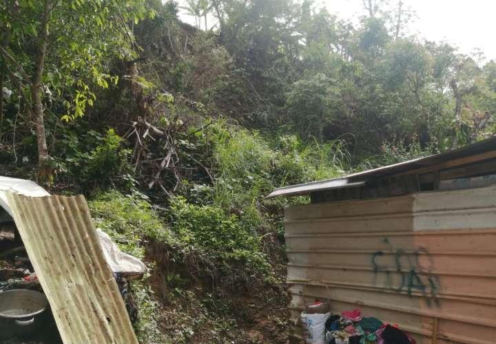 Familia en peligro de ser aplastada por deslizamiento de tierra