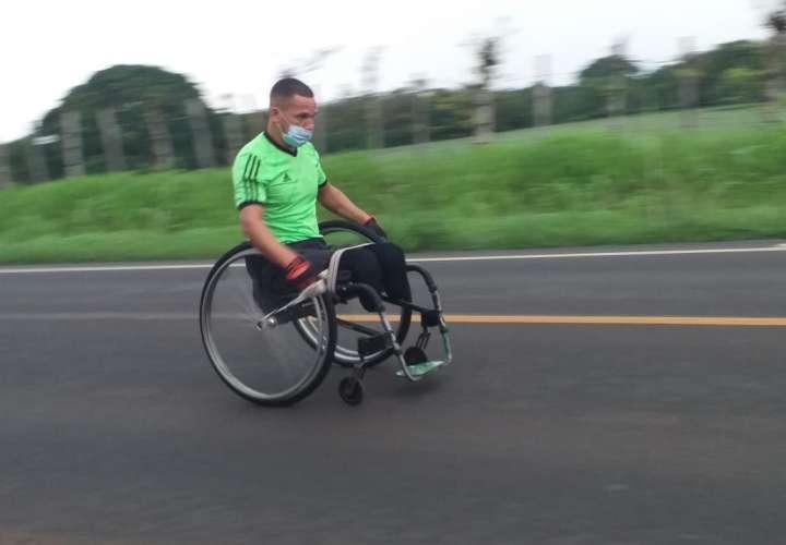 Recorre 42 kilómetros en silla de ruedas en homenaje a personas con discapacidad
