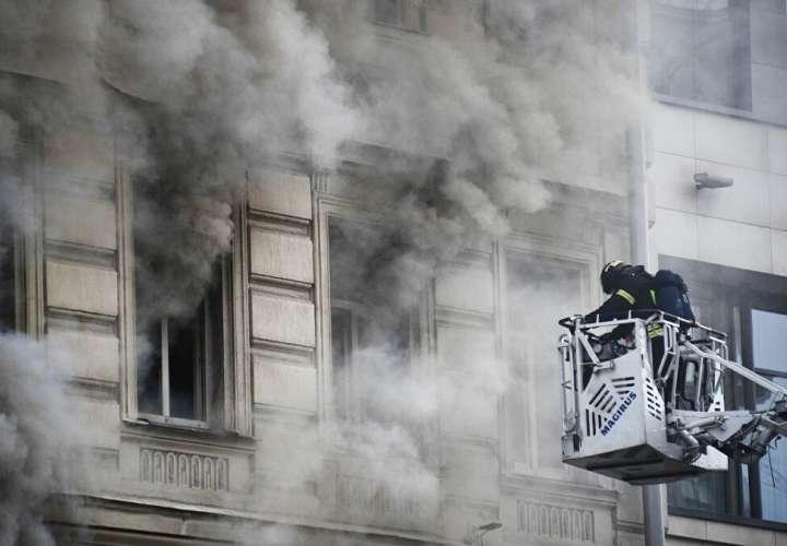 ¡Qué susto! Dos niños saltan desde más de 10 metros para salvarse de las llamas