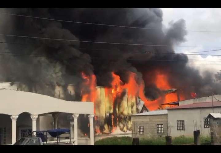 Bodega arde en Villa Daniela (Video)