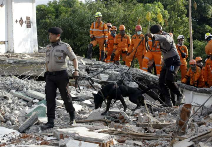 Hallan vivos 31 menores atrapados en dos escuelas tras el seísmo en Indonesia