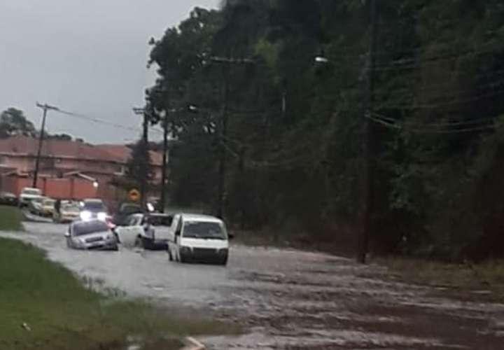 Lluvias azotan Colón y causan inundaciones (Video)