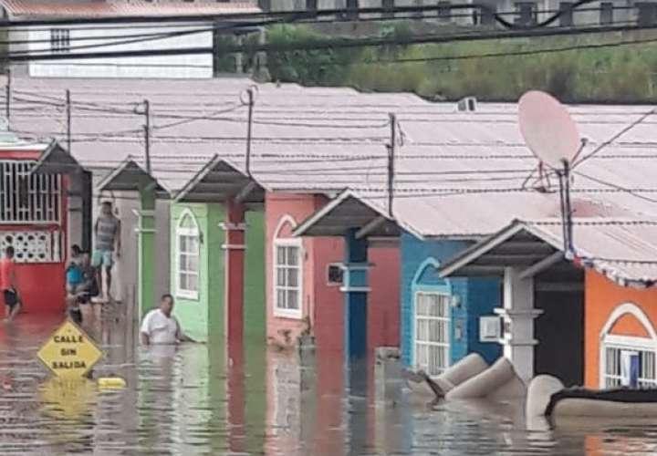 Residentes de Plaza Valencia terminan con el agua al pecho tras fuerte aguacero