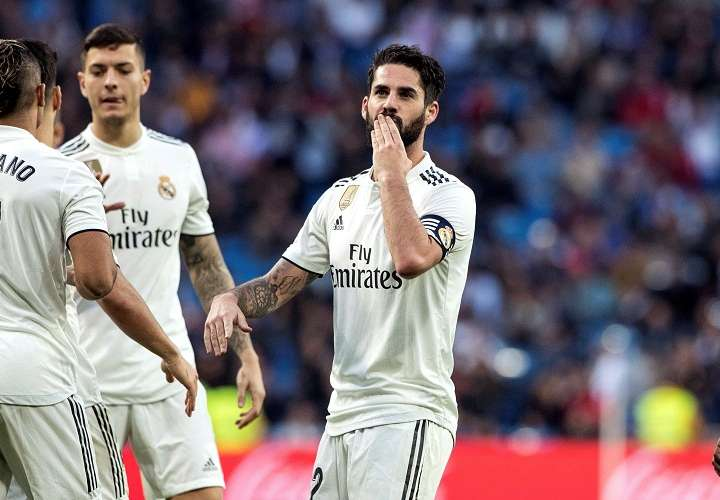 El centrocampista del Real Madrid Isco Alarcón (d) celebra su gol ante el Melilla. Foto: EFE