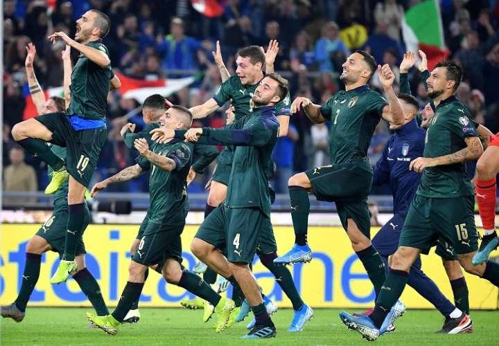 Jugadores celebran la clasificación a la Eurocopa 2020. Foto: AP