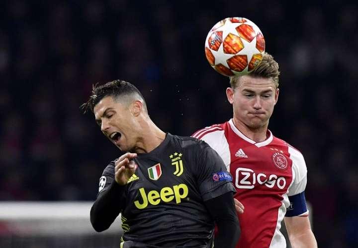 Matthijs de Ligt y Cristiano Ronaldo durante un enfrentamiento de Liga de Campeones./AP