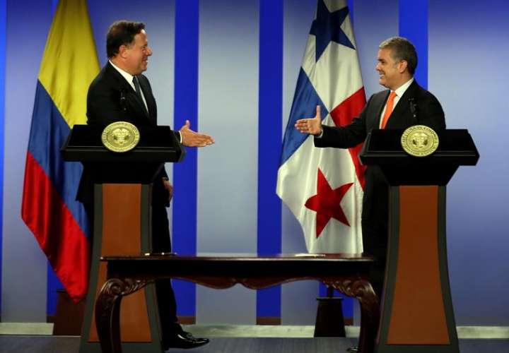 El presidente de Colombia Iván Duque (d) saluda a su homólogo de Panamá Juan Carlos Varela luego de ofrecer una declaración conjunta. EFE