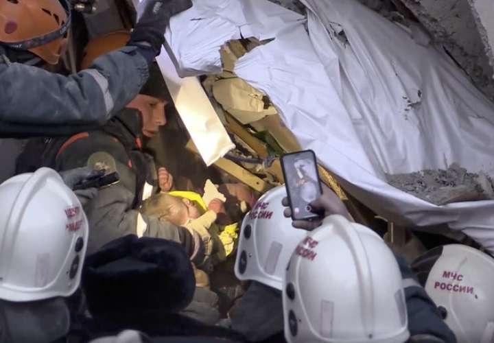 El rescatista Piotr Gritsenko dijo en televisión que el hallazgo del bebé se dio después que uno de los socorristas escuchó llantos leves. AP
